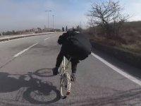 Katlanır Bisikletiyle Profesyonel Bisikletçileri Geçen Papaz