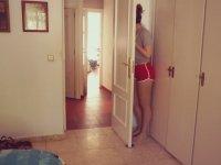 Köpekleriyle Saklambaç Oynayan Hanım Kız