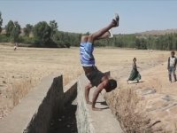 Elleri Üstünde Yürüyen Etiyopyalı Adam
