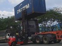 Konteyner Değişimi Yapan Vietnamlı Forkliftciler