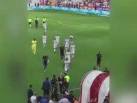 Antalyasporlu Taraftarlara Samuel Eto'o'nun Hareket Çekmesi