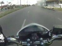 Yarışırken Depo Tokatlamaya Yakalanan Motorcu