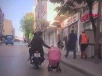 Motosiklette Bebek Arabası Çeken Kadın