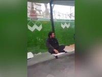 Otobüs Durağında Anlamsızca Miyavlayan Adam