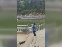 Maymunu Suya İten Turistin Dersini Alması