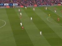 Yan Hakemin Liverpool - Roma Maçında Bayrak Yerine Sopa Kaldırması