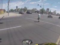 Yaşlı Kadın İçin Trafiği Durduran Motosikletliler