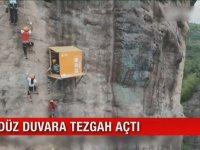 Düz Duvara Tezgah Açan Uyanık İşportacı - Çin