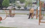 Köpeğini Park Spor Aletlerinde Eğlendiren Amca