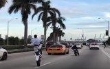 Trafikte Motosikletiyle Şov Yapan Eleman