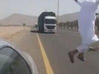 Kendini Bilerek Tırın Önüne Atlayan Çılgın Arap