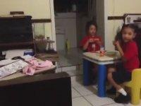 Korkunç Bir Şey Gören Küçük Kızlar