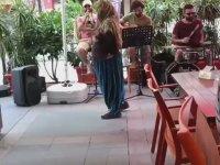 Jazz Müzik ile Coşan Adanalı Teyze
