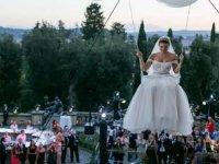Gelin Adayının Uçan Balonlarla Düğün Törenine Gelmesi