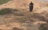 Yeteneğini Göstermek İsterken Karizmadan Olan Motosikletçi