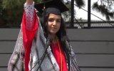 Boston Üniversitesindeki Mezuniyet Töreninde Konuşan Müslüman Kız