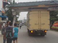 Caddede Kamyonetle Çatı Taşınması