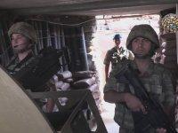 Komutanına Arkası Dönük Selam Veren Asker