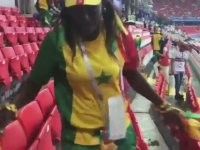 Maç Sonunda Tribün Temizliği Yapan Senegal Taraftarları