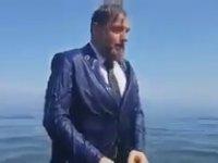 Oy İstemek İçin Takım Elbiseyle Denize Giren Milletvekili Adayı