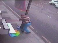 Asılı Şemsiyeyi Almak İsterken Kafasını Yaran Dayı