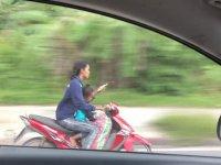 Motosiklet Sürerken Mesajlaşan Kadın