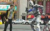 Robot Adamla Atışan Bebe