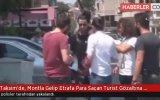 Taksim'de Etrafa Para Saçan Turist