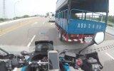 Motosikletin Aynasını Kıran Kamyon
