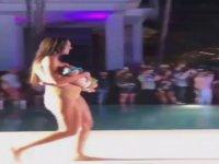 Podyumda Bebeğini Emzirerek Yürüyen Model
