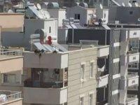 Anahtarını Unutan Annenin İple Çocuğunu Çatıdan Balkona Sarkıtması