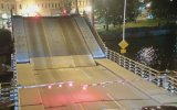 Köprünün Açılış Çizgisine Düşen Bisikletli