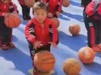 Uslu Uslu Basketbol Topu Sektiren Çinli Bebeler