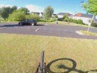 Bmx Bisiklet İle İnanılmaz Atlayış Gerçekleştiren Adam