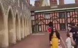 Kraliyet Muhafızının Yolu Üzerine Çıkan Turisti İtmesi