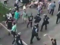 Protestocunun Polise Uçan Tekme Atması