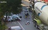 Scooter Sürücüsünün Taktığı Kask Sayesinde Ölümden Kurtulması