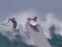 Yüzen Rıhtım Yapan Sörfçüler
