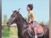 9 Yaşındaki Azeri Kızın At Sürmesi