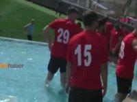 Duş Alamayan Futbolcuların Protesto Amaçlı Süs Havuzuna Girmesi