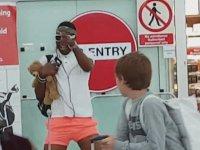 Havaalanı Kapılarından Çıkan Adamın Dansı