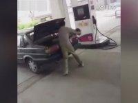 Kavga Ettiği Eşini Arabanın Bagajına Kitleyen Çinli Adam