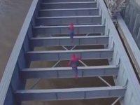 Köprüde Tehlikeli Atlayış Yapan Örümcek Adamlar
