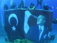 Türk Bayrağı ve Atatürk Posterinin Denizde Açılması