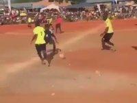 Amatör Futbolcunun Top Üstünde Dönerek Dans Etmesi