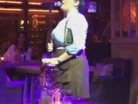 Garson Kızın Dehşet Sesi ile Müşterileri Eğlemesi
