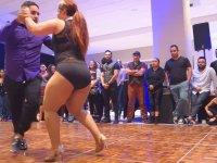 Kiloları ile Barışık Şekilde Dans Eden Kadın