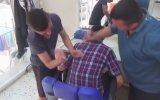 Dayak Masajı ile Müşterilerini Rahatlatan Berber