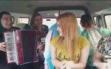 Akordeonuyla Dolmuşu Coşturan Rus Teyze