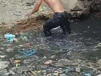 Kanalizasyonun Berrak Sularında Çimen Adam